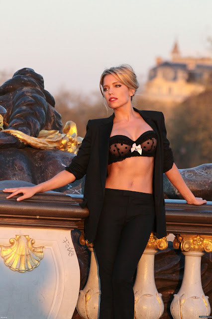 Sylvie van der Vaart in sexy lingerie voor Hunkemoller fotoshoot in Parijs