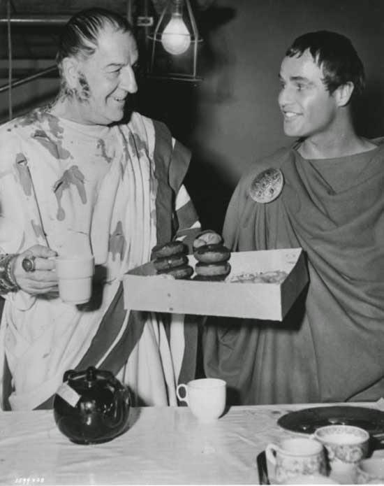 """Louis Calhern y Marlon Brando comiendo donuts durante el rodaje de """"Julio Cesar"""" (1953)"""