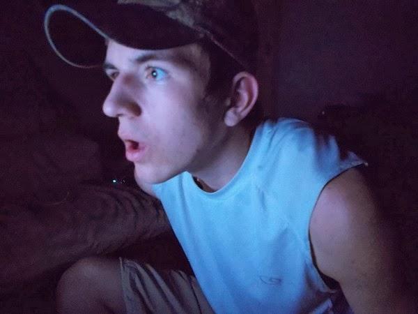 guardare schermo al buio