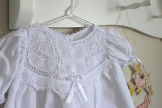 Vestido branco com renda renascença para batizado