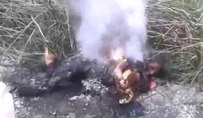 Mujer Ardiendo a un Lado del Camino