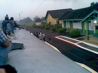 naik atap gerbong kereta api