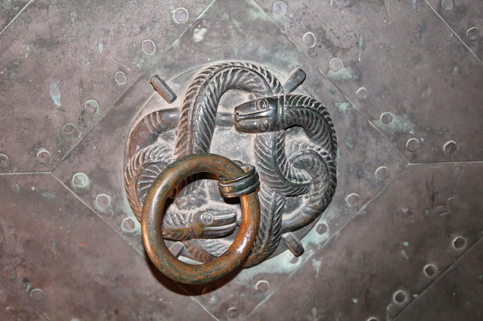 kołatka motyw splecionego węża