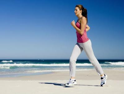 Mujer corriendo en playa