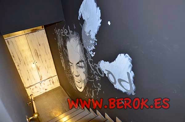 Graffiti mural de enfado en escalera de restaurante