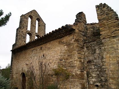 La façana de migdia de l'ermita de Sant Pere de Vallhonesta