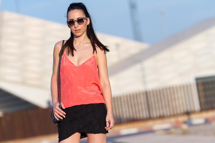 Moda en la calle blogger de moda con coleta estilo urban chic con aire desenfadado