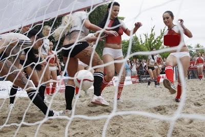 chicas sexys juegan al futbol