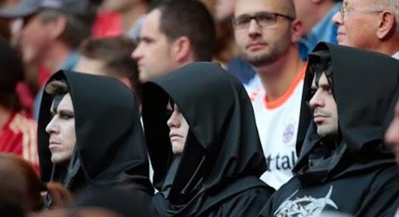 Έντεκα τύποι ντυμένοι στα μαύρα σκορπούν τον τρόμο στις κερκίδες [Εικόνες]