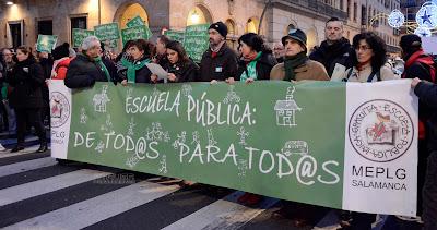 Grupo de personas concentradas en defensa de la educación pública
