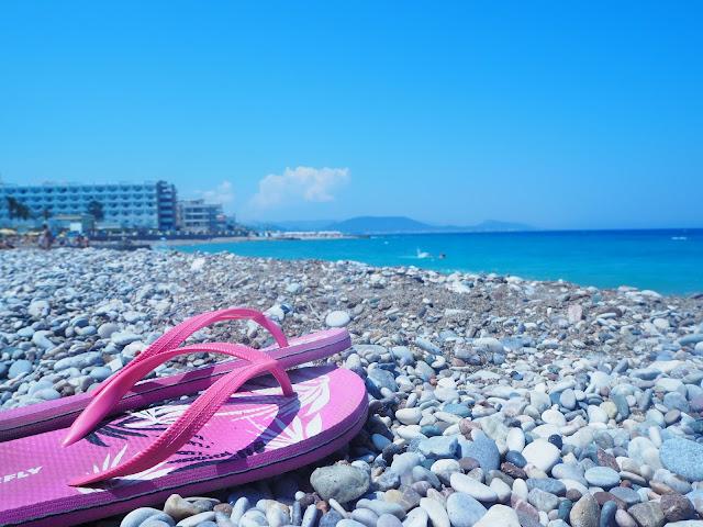 P6295877, rodos, rhodes, rhodos, kreikka, greece, matkat, matka, kesäloma, summer, holiday, island, saari, välimeri, egeanmeri, travel, travels, travelling, matkustaminen, love travel, kreikan saari, meri, sea, sun, aurinko, sininen, blue, kaunis, greek island, rhodes island, rodoksen saari, turkoosi meri, vesi, hiekkaranta, beach, sand, sandals, pink, ranta, kiviranta, pikku kiviranta, sandaalait, ranta, beach, kreikka,