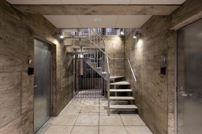 doce unidades se estructuran alrededor de dos escaleras internas que se extienden por todo el edificio terminando en la terraza comn