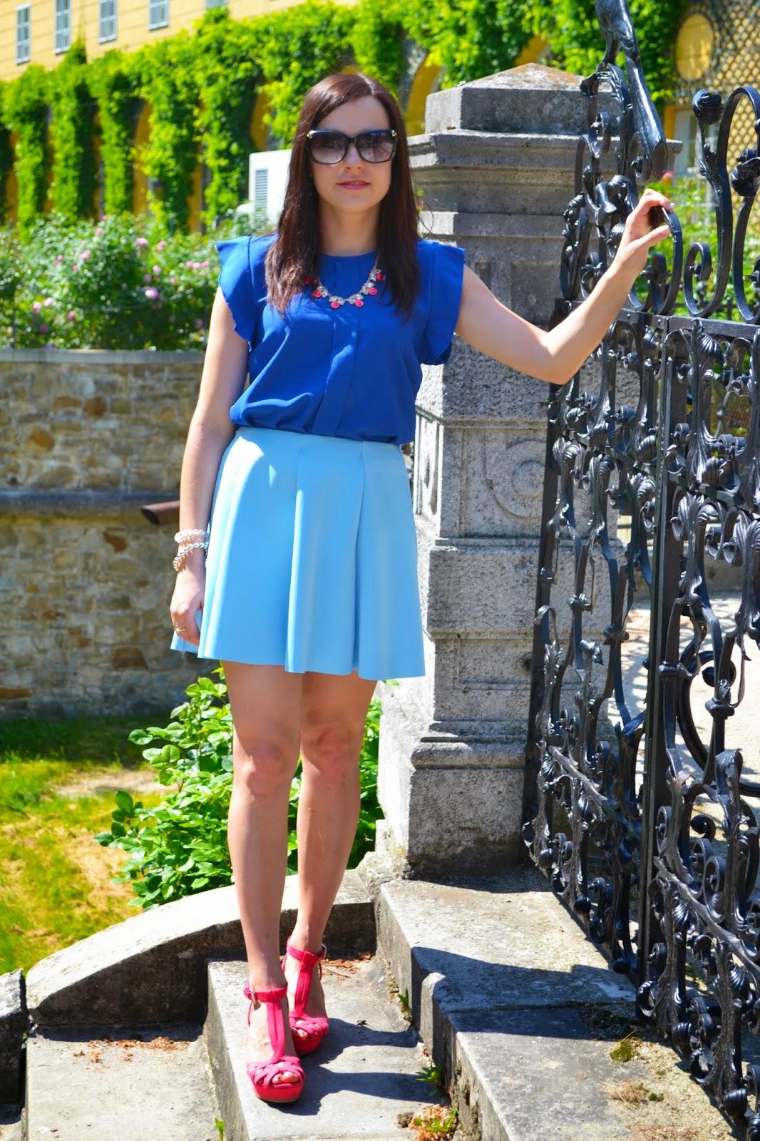 niebieska spódnica, szafirowa bluzka, kolorowa stylizacja, stylizacje na lato