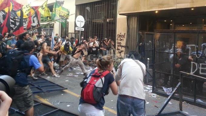 Protestaron y hubo incidentes en la casa de Tucumán