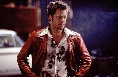 """Cette image est tirée d'un plan du film americain culte Fight Club, réalisé en 1999 par David Fincher. L'intrigue du film peut se résumer ainsi : Le narrateur du film est un homme qui trouve peu de satisfaction dans son emploi et sa vie en général et crée avec l'énigmatique Tyler Durden, personnage anti-conformiste, un club de combats clandestins qui permet à ses membres d'évacuer leur mal-être par la violence. La photo montre le personnage incarné par Brad Pitt à l'écran et devenu aussi culte que le film, tyler Durder. Celui ci porte son célèbre blouson en cuir rouge avec en dessous une chemise à motifs bariolés. Cette image illustre le poeme intitulé """"La Morale de Tyler Durden"""" dans lequel le Marginal Magnifique reprend une réplique culte de Tyler Durden, le film en comportant beaucoup, qui rapproche l'amélioration de soi à la masturbation. Le Marginal Magnifique se sert de cette parole pour dénoncer le developpement personnnel qui conduit selon lui à créer des robots sociaux parfaitement intégrés sans aucune personnalité, cela n'étant pas dit explicitement dans le poeme. Ainis le Marginal Magnifique explique que lui-même parfois apres s'etre longtemps imposé une rigueur remet le bien fondé d'une telle démarche en question et sombre dans l'abus pour échapper au formatage. Un poeme qui ne manque pas d'humour et en passe de devenir aussi culte que le film Fight club !!!"""