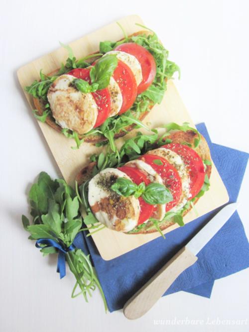 Italienisches Brot: Rucola mit Tomaten-Mozzarella-Scheiben