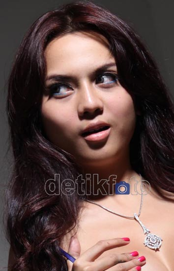 Pose Seksi Anggita Dominique Model Payudara 36B
