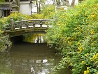 水車や石橋が重なり見逃したくない風景