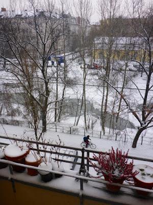 Eis auf dem Kanal, Schnee darauf und auf den Dächern, den Wegen und der Eiffelturmminiatur zwischen den Blumentöpfen aus Ton