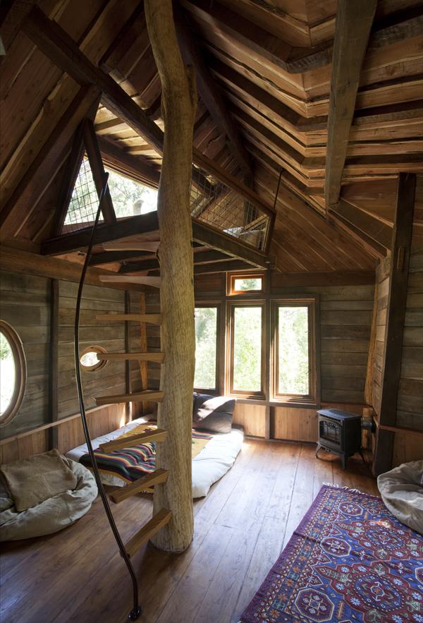 interior vista de escalera rustica en el tronco