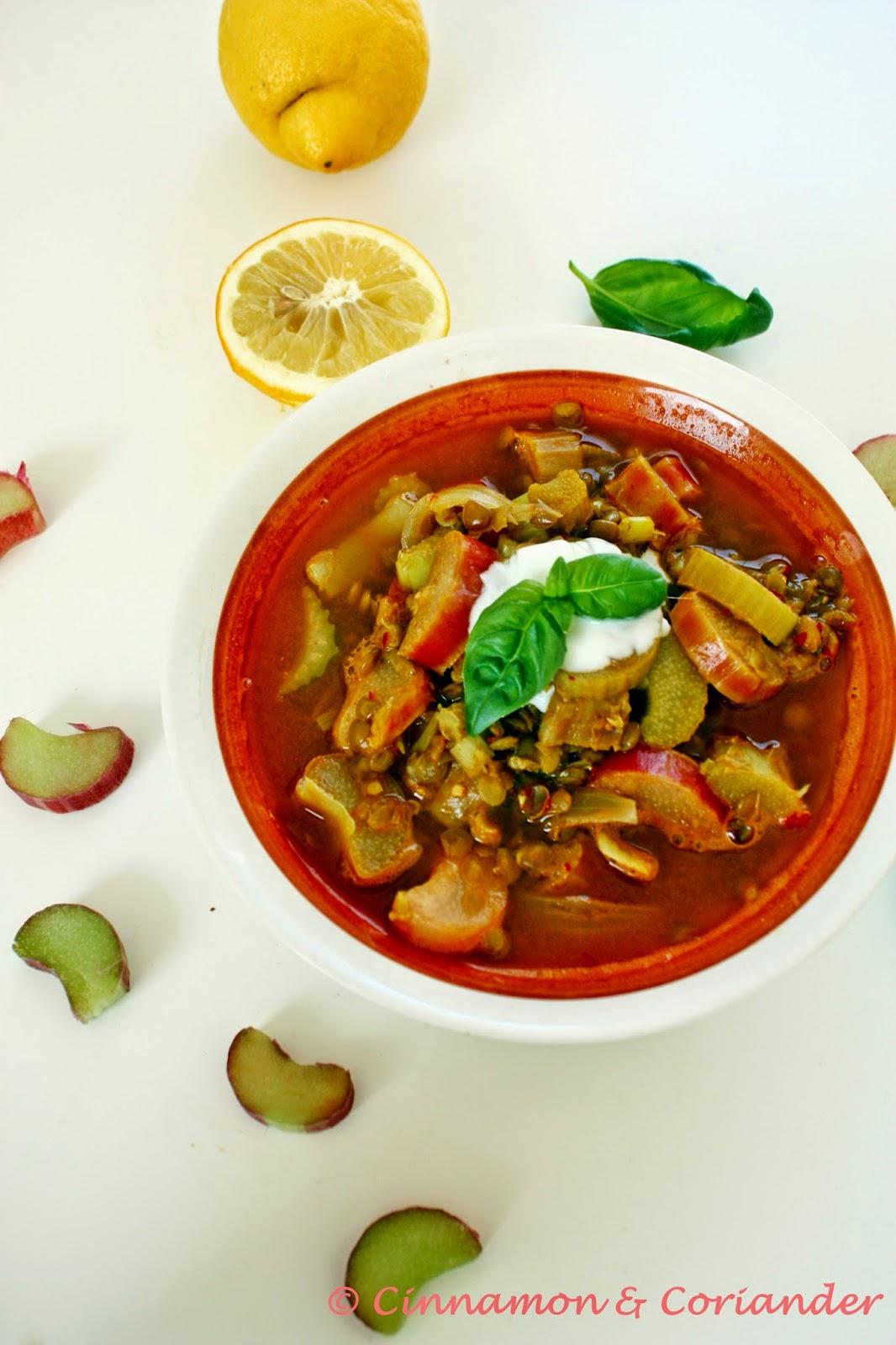 Indische Linsen Suppe mit Rhabarber und Joghurt