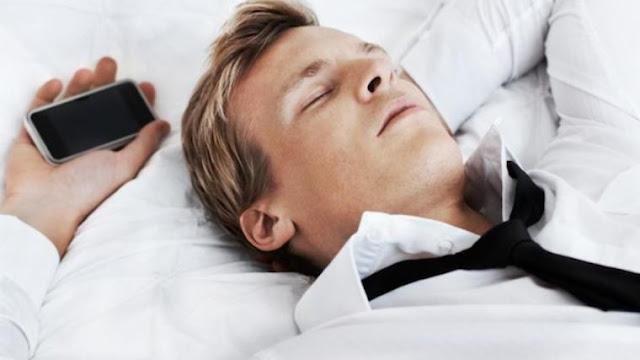 Bahaya tidur di dekat ponsel