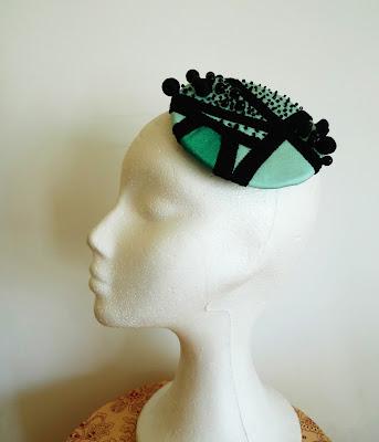 tocado azul turquesa verde perlas negras ojuilla
