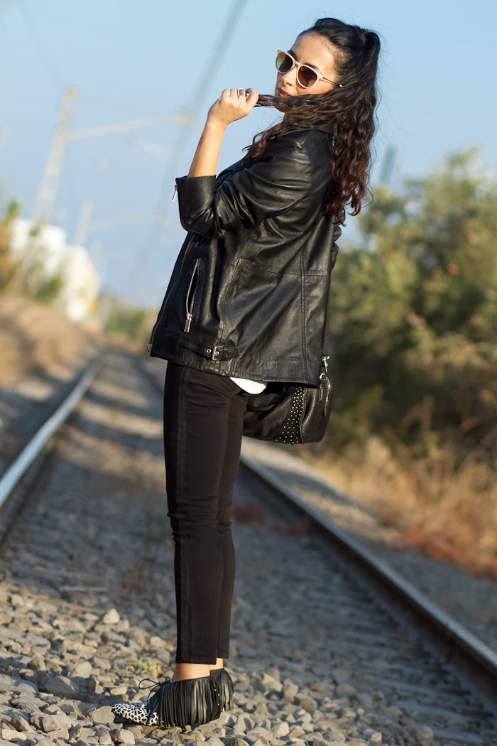 Black and white look with Oversized biker leather jacket and Myblüchers Booties