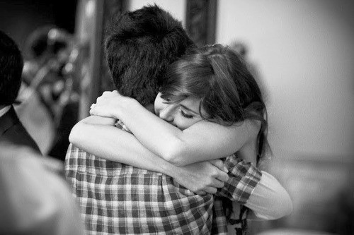 http://4.bp.blogspot.com/-cpR8hdL7z8E/T99RrUsJdUI/AAAAAAAAAEg/bJWfQy7dN48/s1600/black-and-white-couple-cute-girl-hug-Favim.com-287472.jpg