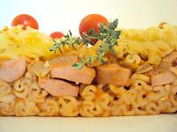 Prosta zapiekanka z makaronu, parówek i pomidorów
