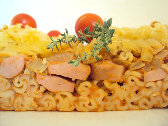 zapiekanka makaronowa pomidorowa z cynamonem, goździkiem i parówkami