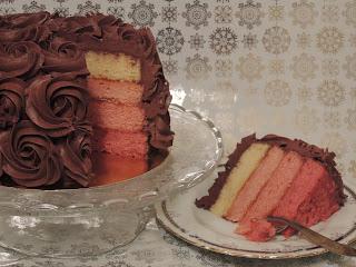 Ombre cake. Tarta de chocolate y frambuesa. Tarta y porción