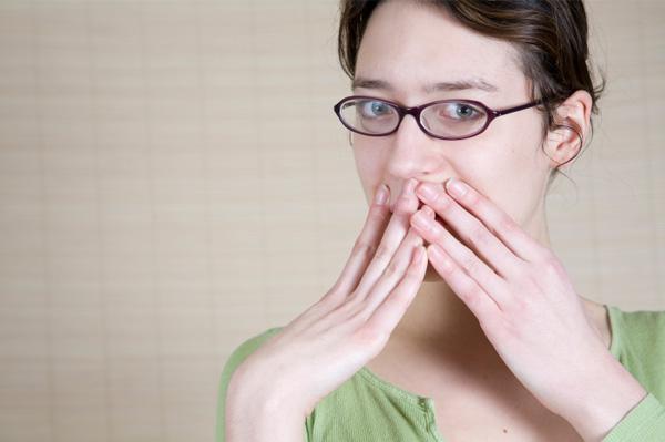 """Survei dari sebuah situs media sosial dengan tema """"perempuan dengan pertanyaan 'Apa yang akan Anda sembunyikan dari pasangan laki-lakinya?'  Sebagian besar wanita cenderung untuk menahan diri membuka tentang rahasia yang disembunyikannya. Namun jajak pendapat ini mengungkap jawabannya.  Dibawah ini adalah lima jawaban yang ditemukan pada survei dikutip oleh Indiatimes:     1. Pembicaran para gadis.  Biasanya para wanita akan menyembunyikan topik pembicaraanya ketika pasangan prianya menanyakan tentang apa yang sudah dia bicarakan dengan teman-teman wanitanya. Para wanita akan mengubah tema topik yang sudah dia bincangkan tadi, entah atas alasan apa namun biasanya sebagian wanita tidak ingin pasangan pria nya mencampuri urusan mereka dengan temanp-teman gosipnya.  2. Teman kencan masa lalu.  Masalah kecurigaan cenderung besar lahir dari pasangan pria, inilah yang dinilai oleh sebagian besar wanita. Maka dari itu biasanya mereka akan berbohong tentang sahabat atau teman kencan mereka pada masa lalu, bahkan mereka akan mengatakan bahwa mereka tidak pernah sama sekali kencan kecuali dengan pasangan pria yang bersama nya kini.  3. Kisah Mantan.  Pada poin ke tiga ini tidak terlalu jauh dengan poin ke dua diatas, biasanya para wanita tidak ingin ini menjadi sebuah masalah, meskipun mereka bersumpah dengan kalimatnya, biasanya sebagian besar wanita akan menutupi cerita masalalunya dengan mantan kekasihnya apabila pasangan prianya menanyakan tentang ceritanya dahulu.  4. Make-Up.  Wanita adalah mahluk yang sangat haus perhatian, namun dalam masalah ini mereka cenderung akan menutup nutupi tentang masalah make up nya pada pasangan prianya agar tidak diketahui apa alasan mereka menggunakan make up tertntu, biasanya para wanita ingin menutupi bagian-bagian yang tidak ingin mereka perlihatkan, seperti jerawat dan bekas luka.  5. Perasaan tentang kerabatnya.  Ketika seorang pria ingin tahu tentang adik atau saudara atau ibunya, biasanya sebagian besar wanita akan menutupi masala"""