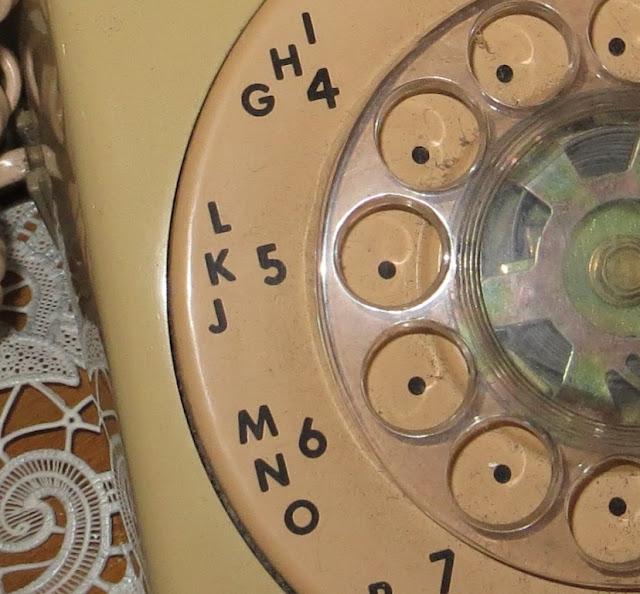 Ampliação de Fotografia macro de Telefone Antigo com Disco de cor bege com pormenor dos números e letras
