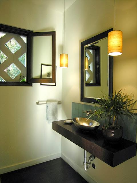 Desain Kamar Mandi dengan Cermin Berbingkai