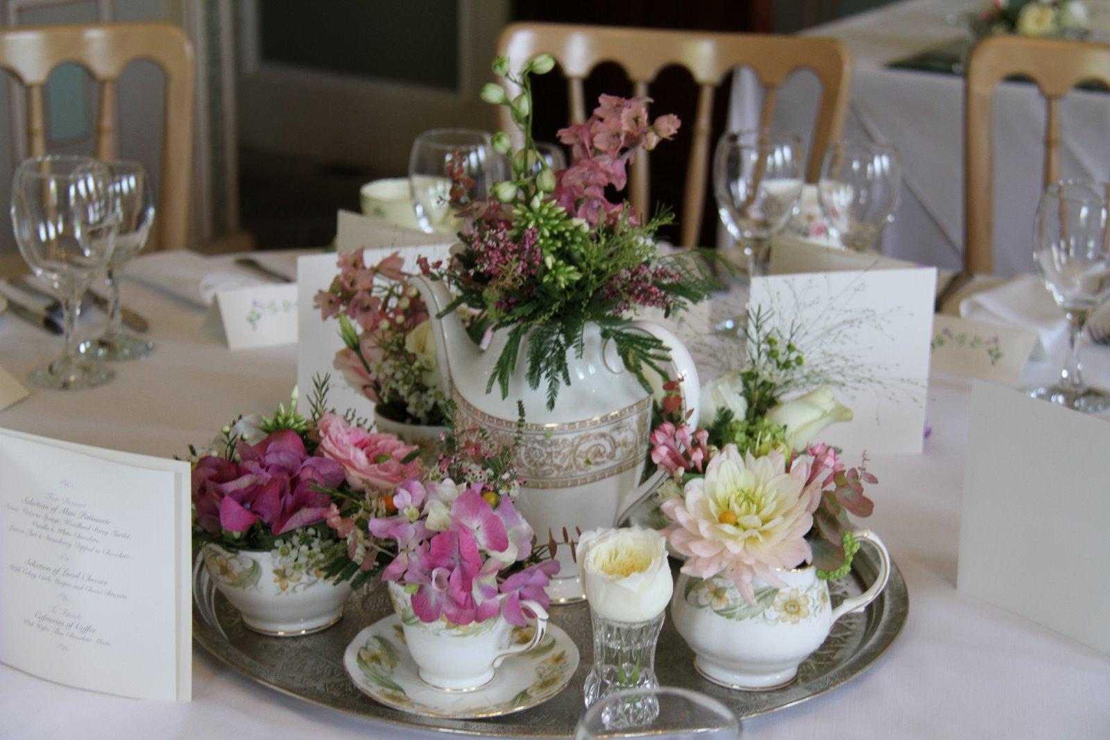 Flower design table centrepieces vintage tea service for Table centrepiece