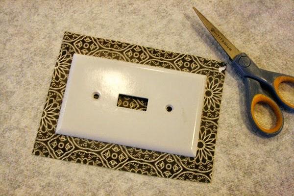 قص الورق اللازم لتزيين مفتاح الكهرباء