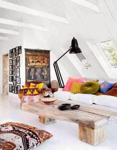 Kolorowe poduszki w bialym wnętrzu