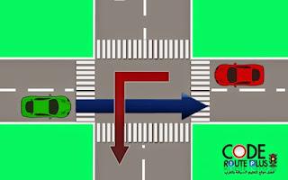 خاص السيارة الحمراء تعمر وسط  الطريق ديالها حتى تدوز السيارة الخضراء عاد يمكن لها دور .