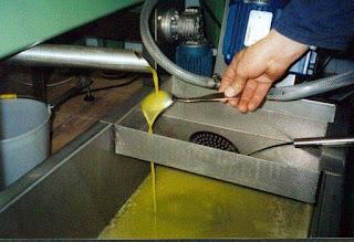 """Muchos importados (y caro) """"aceites extra virgen """" de oliva son realmente cortados de semillas más baratas y aceites de frutos secos."""