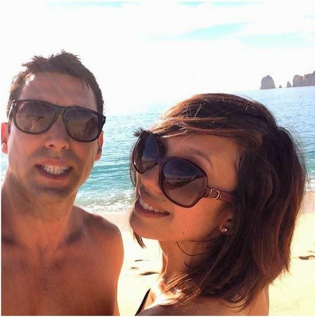 الأمريكية شيريل بيرك بالبكيني على شاطىء كابو في المكسيك
