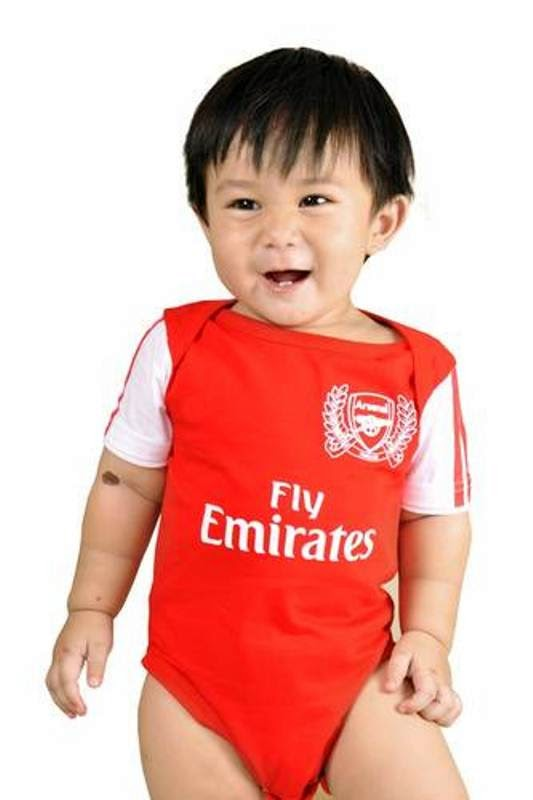Gambar bayi lucu pakai baju tim sepak bola arsenal