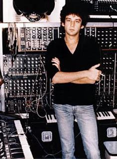 El músico Richard Pinhas en su estudio con el Moog modular