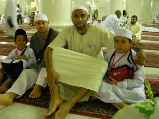 Pemain bola sepak yang menggunakan gajinya untuk menyelamatkan masjid - Terbakor