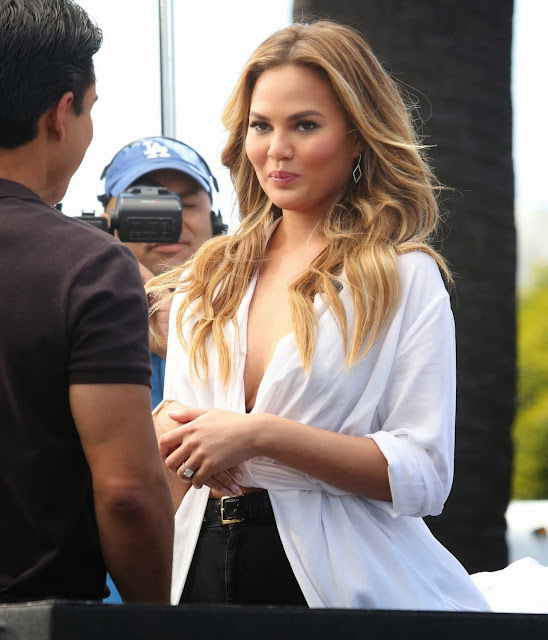 Chrissy Teigen – 'Extra' in LA