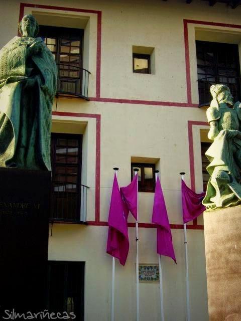 Escuelas pías o Antigua Universidad y estatuas de la familia Borja