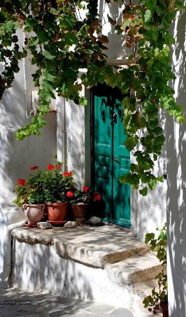 цветы в горшочках в Греции встречаются практически на каждом шагу