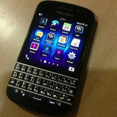 A diferencia del BlackBerry Z10 y otros dispositivos, el BlackBerry Q10 no cuenta con un teclado virtual. Por lo tanto, BlackBerry podrá especialmente colocar idiomas sobre el teclado fisico QWERTY. Estamos mostrando el primer BlackBerry Q10 con el primer idioma implantado en el teclado. La península arábiga fue una de las primeras regiones en tener el dispositivo BlackBerry Z10 disponible. El BlackBerry Q10 probablemente llegue a los mercados en diferentes partes del mundo en Abril o Mayo.   Fuente: BBin