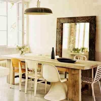 Standard Chair Prouve krzesła z różnych kolekcji przy jednym stole