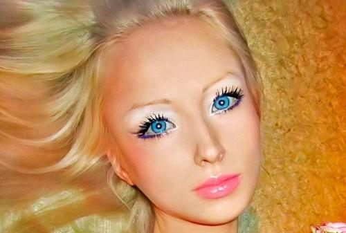 Por se parecer muito com a Barbie, algumas pessoas se questionam se ...